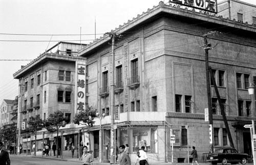 旧お茶の水スクエア 磯崎新アトリエによる、大林組・日本国土開発JVで増築された建屋姿(1987年) 後に、カザルスホールが増築されて、日本大学が取得(2002年)